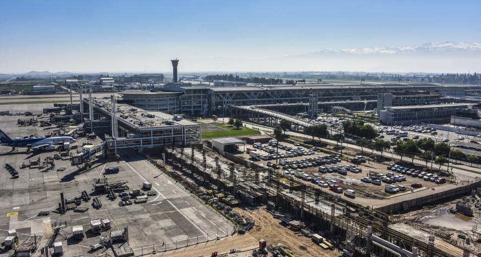 Tout en garantissant le maintien des opérations, l'aéroport de Santiago a démarré les travaux d'extension fin 2016.