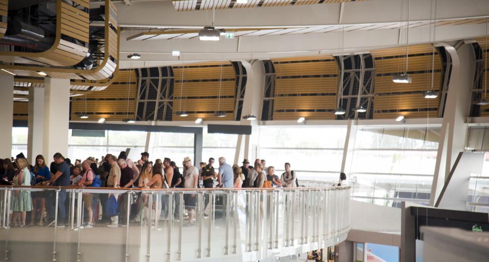 Avec un investissement de 32.8 millions d'euros, les travaux d'agrandissement et de rénovation de l'aéroport de Faro, finalisés en 2017, incluent la rénovation et l'agrandissement des parties dédiées aux commerces et restaurants