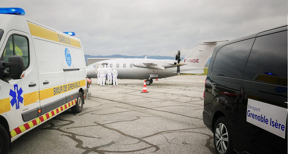 Transfert de patients Covid-19 à l'aéroport Grenoble Alpes Isère. Crédit photo Robin Pierrestiger