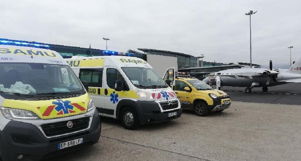 Ambulances sur le tarmac de l'aéroport de Clermont-Ferrand Auvergne