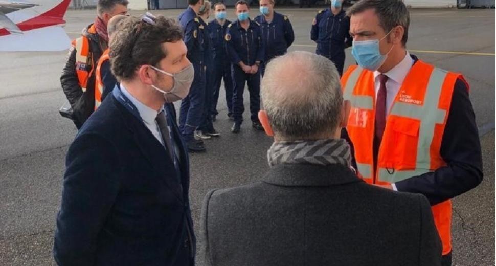 Le ministre de la Santé, Oliver Véran, à l'aéroport Lyon-Bron